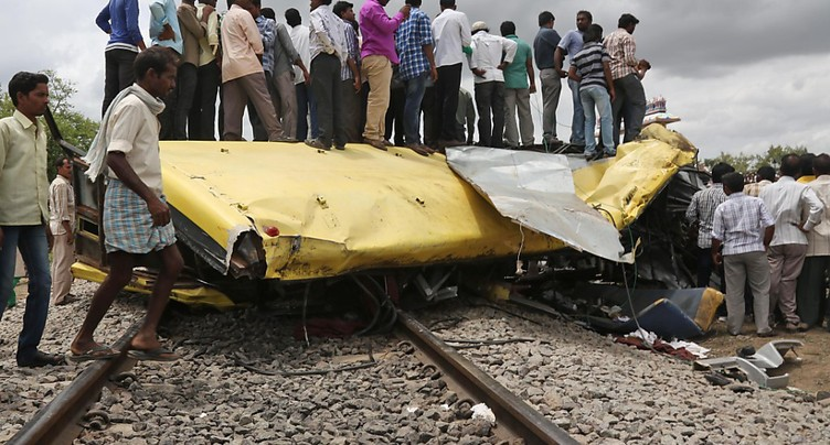 Pakistan: 18 morts dans une collision entre un train et un bus