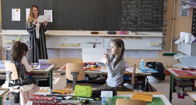 Accueil à l'école pour les enfants des soignants et des caissières