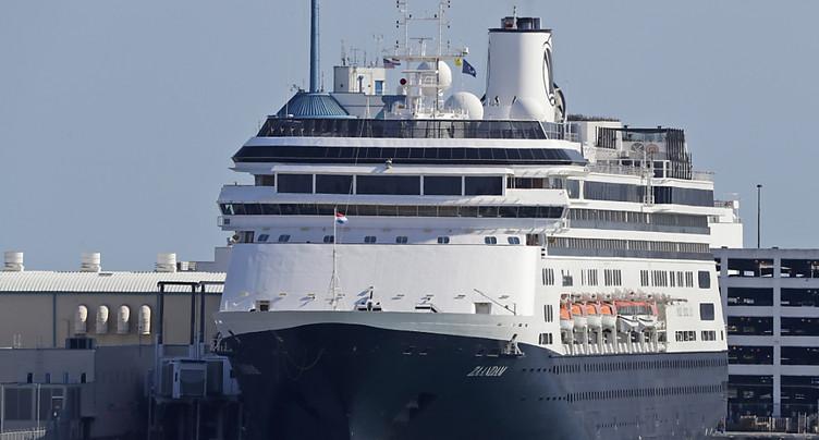 Le navire de croisière Zaandam accoste en Floride