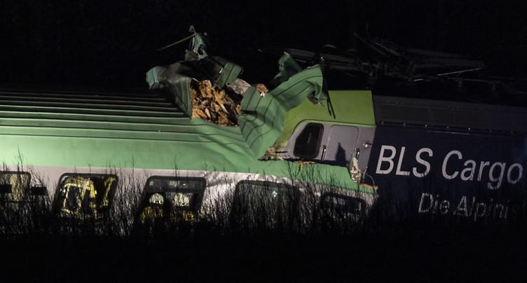 Un train marchandise du BLS déraille: un mort