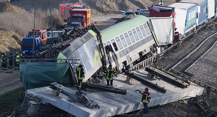 Un train de CFF Cargo percute un pont effondré et déraille: un mort