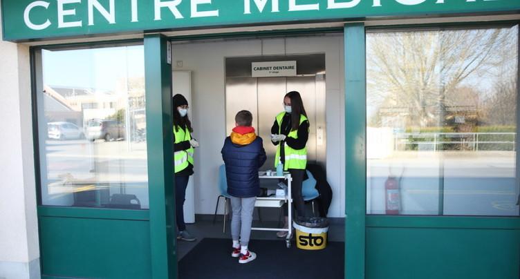 Centres médicaux renforcés pour endiguer le flux vers les hôpitaux