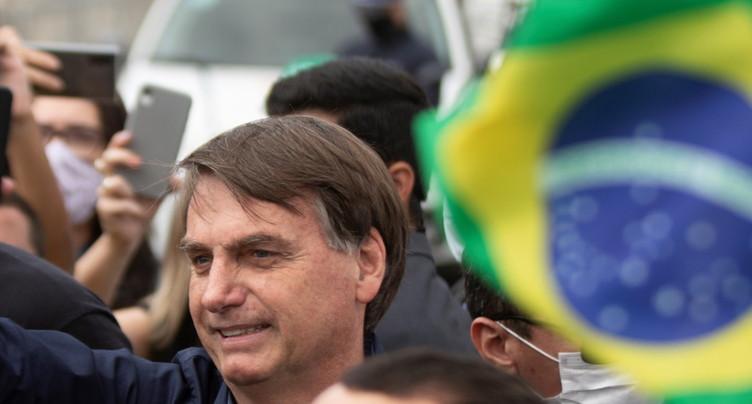 Bain de foule pour le président brésilien malgré le Covid-19