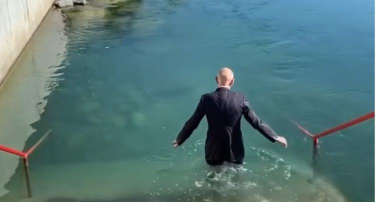 Daniel Koch plonge dans l'Aar en costume-cravate
