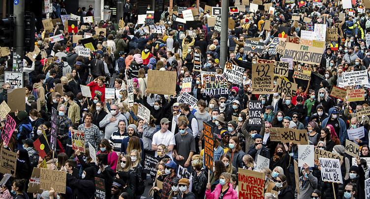 Des dizaines de milliers d'Australiens défilent, malgré le virus