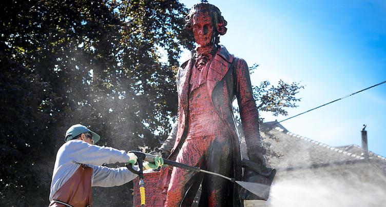 La statue de David de Pury recouverte de peinture rouge