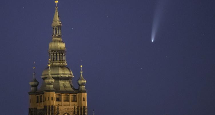 La comète Neowise et son brillant panache visibles à l'oeil nu