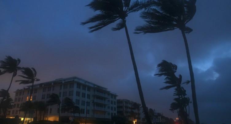 Isaias, rétrogradé en tempête tropicale, approche de la Floride