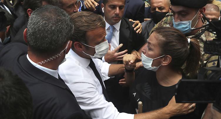 Dans Beyrouth dévasté, Macron réclame un « changement de système »