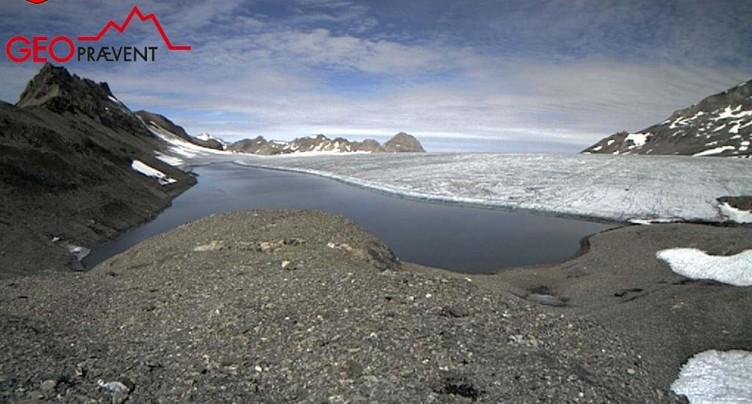 Le lac des Faverges sur le glacier de la Plaine Morte se vide