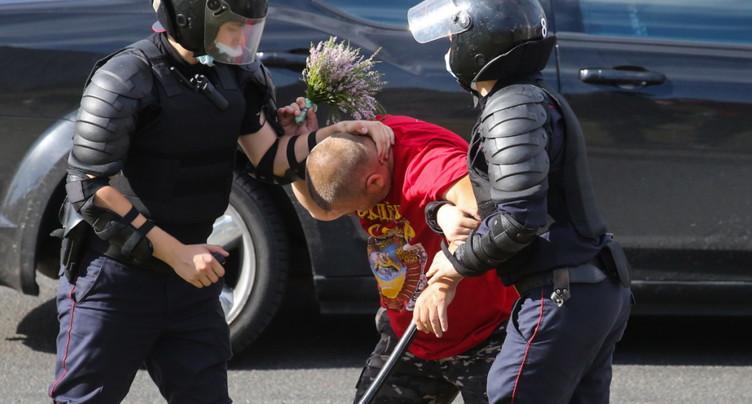 Bélarus: la police dit avoir tiré avec des armes à feu sur les prot