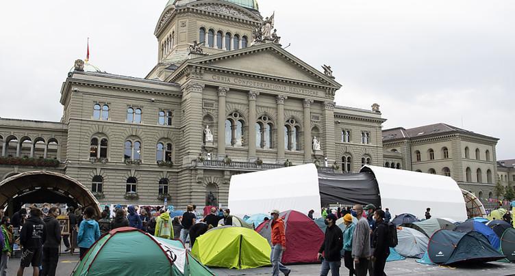 Des activistes pour le climat occupent la Place fédérale