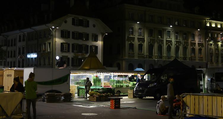Place fédérale: les manifestants font de la place pour le marché