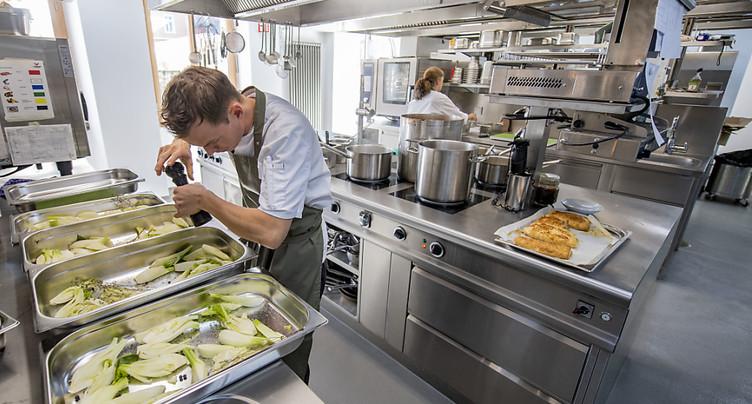 Les réservations au restaurant ont repris plus vite en Suisse