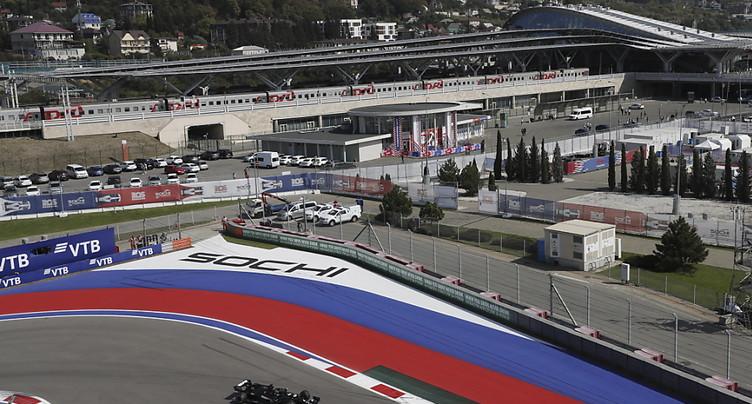 Les Mercedes dominent les premiers essais libres