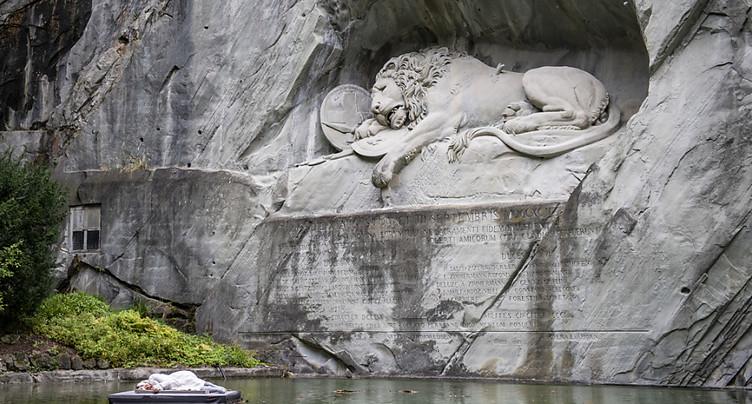 Artiste figée durant 24 heures face au Monument du lion à Lucerne