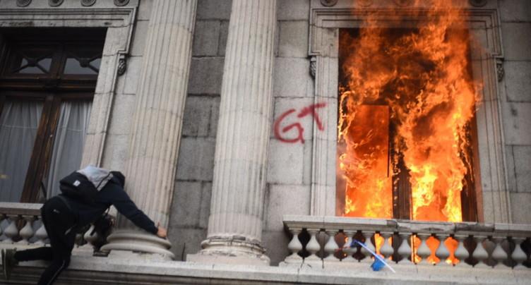 La contestation monte contre le président, le parlement incendié