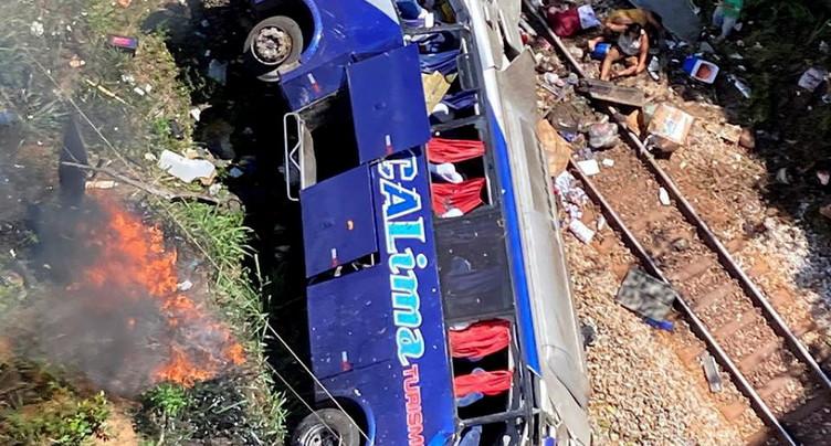 Un autocar tombe d'un viaduc: au moins 16 morts
