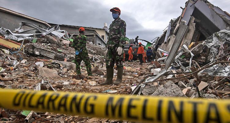 Les sauveteurs retrouvent une dizaine de survivants du séisme