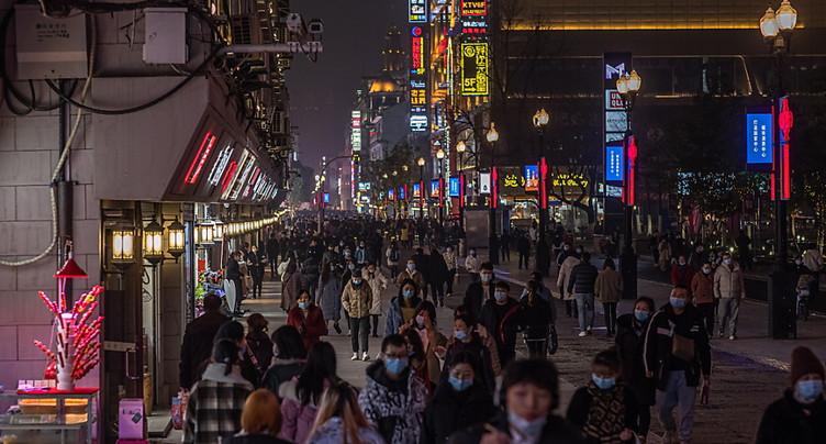 Un an après le confinement de Wuhan, la pandémie ne faiblit pas
