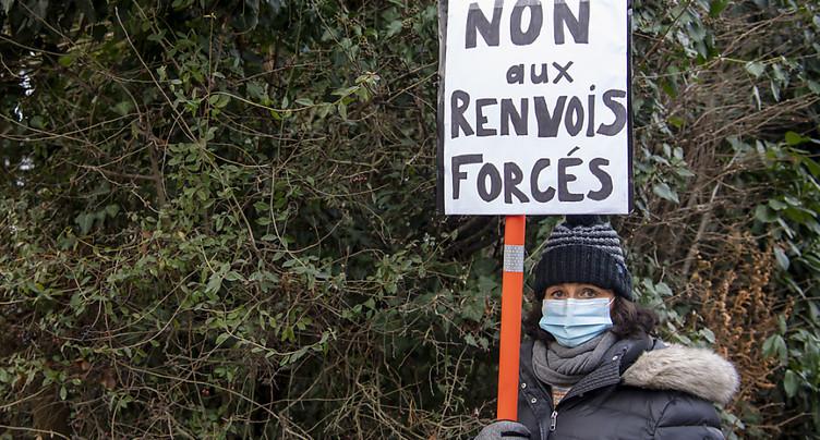 Des ONG dénoncent des rapatriements forcés depuis la Suisse