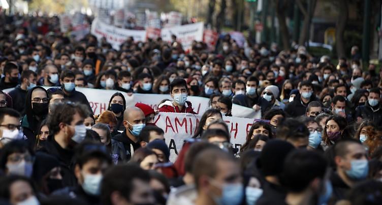 Grèce: des milliers d'étudiants manifestent, bravant l'interdiction