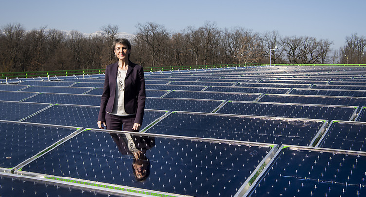 Simonetta Sommaruga inaugure la centrale solaire thermique des SIG
