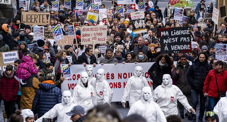 Plusieurs centaines de personnes manifestent à nouveau à Neuchâtel