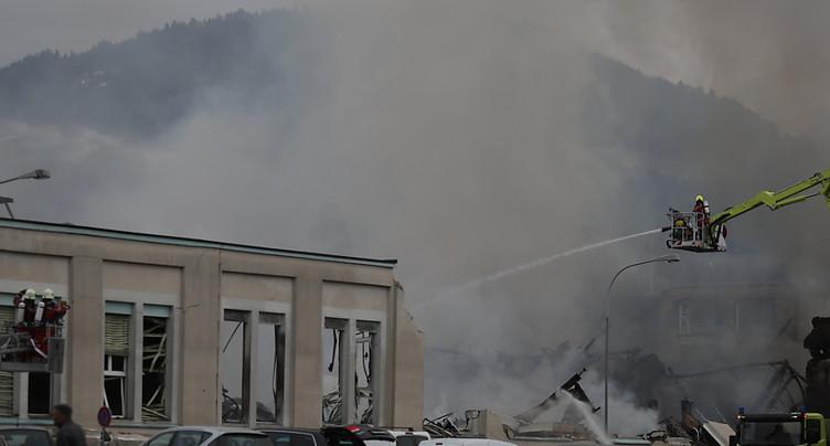 Site industriel victime du feu à Hinwil (ZH), près des voies CFF