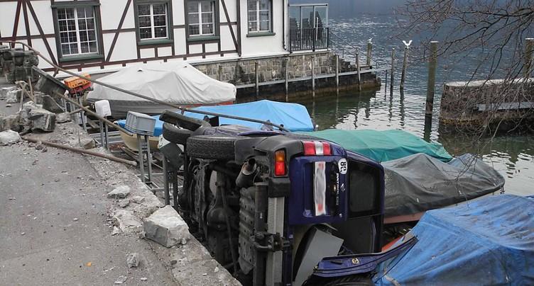 Une voiture finit sa course sur des bateaux à Gersau (SZ)