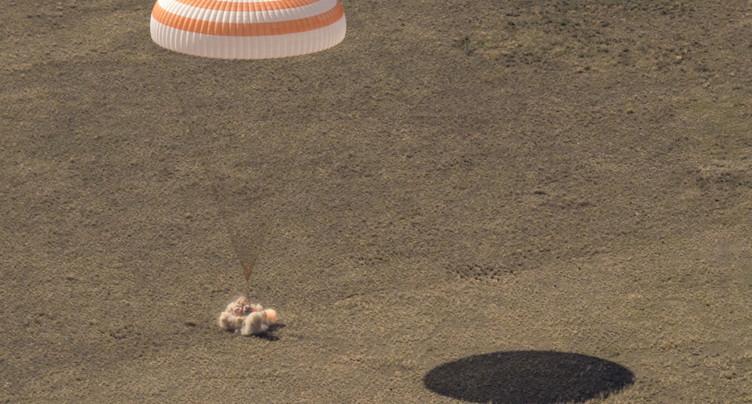 Retour sur terre de deux cosmonautes et une astronaute