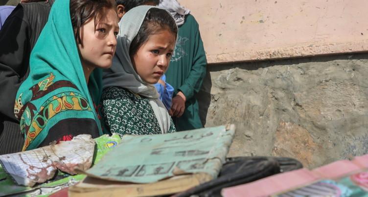 Les Afghans enterrent les victimes de l'attentat contre une école