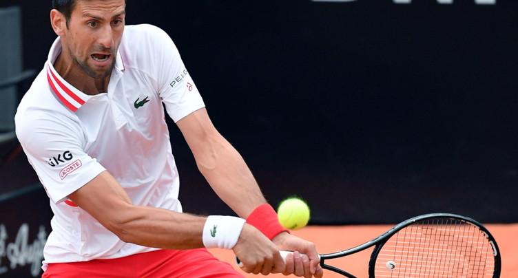 Djokovic remporte la bataille contre la pluie et Fritz