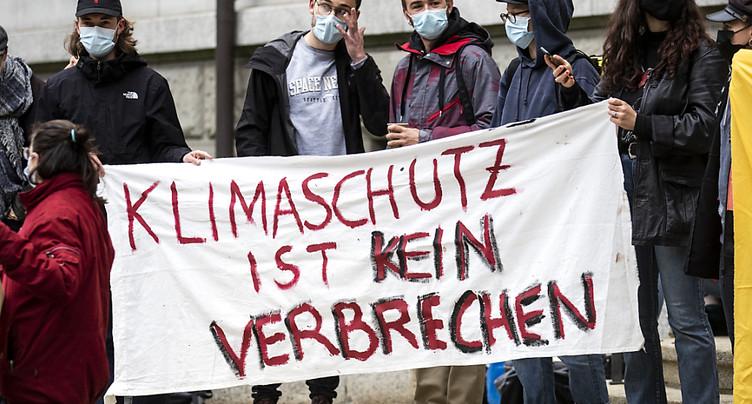 Siège de CS bloqué à Zurich: militants du climat devant les juges