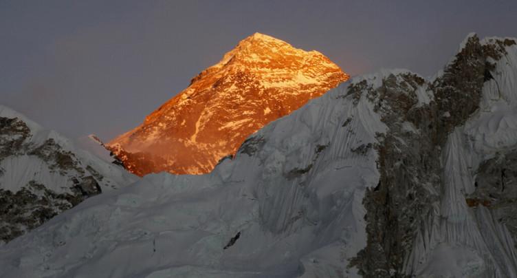 Everest: décès de deux alpinistes étrangers, dont un Suisse