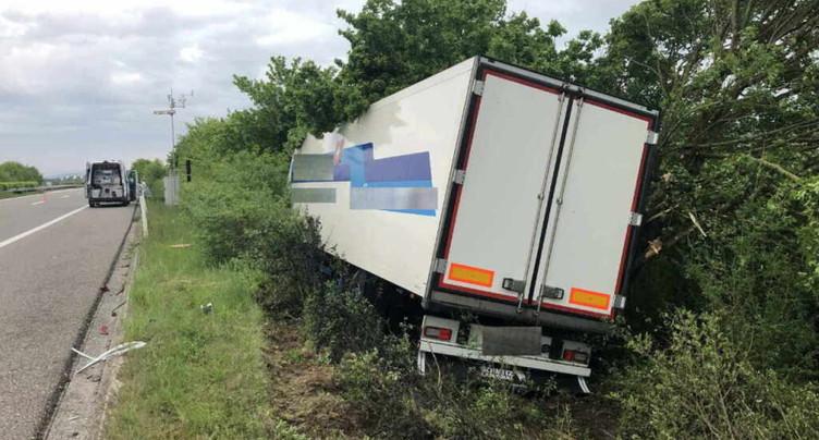 Un camion sort de l'autoroute entre Payerne et Avenches (VD)