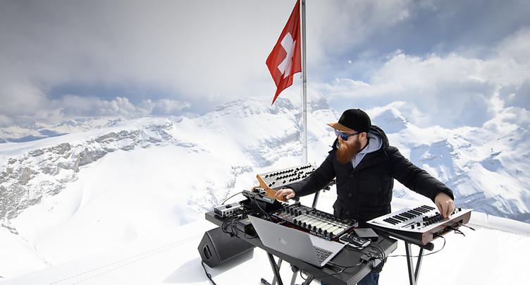 Les Diablerets: un DJ pose ses platines à Glacier 3000