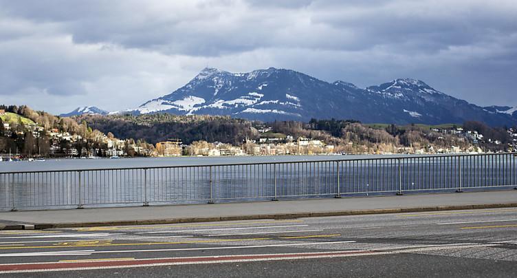Un bateau fait marche arrière et heurte le pont Seebrücke à Lucerne