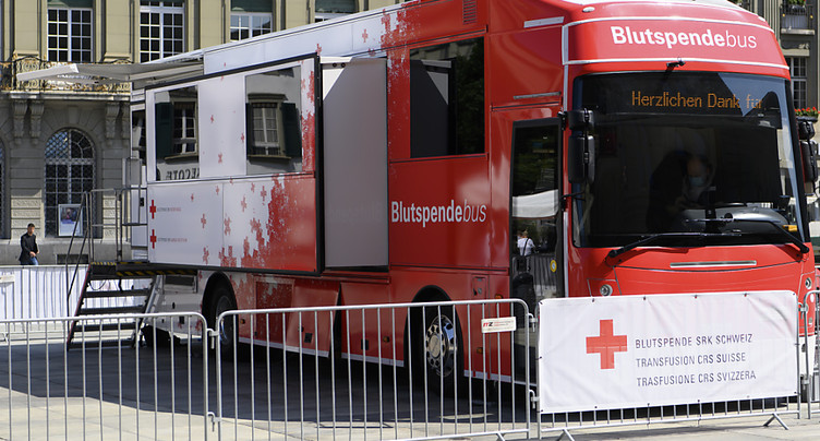 Les parlementaires donnent leur sang sur la Place fédérale