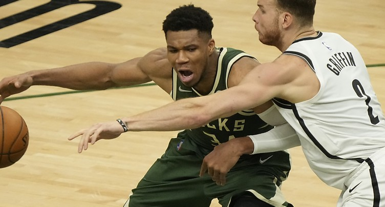 Milwaukee réduit l'écart contre Brooklyn
