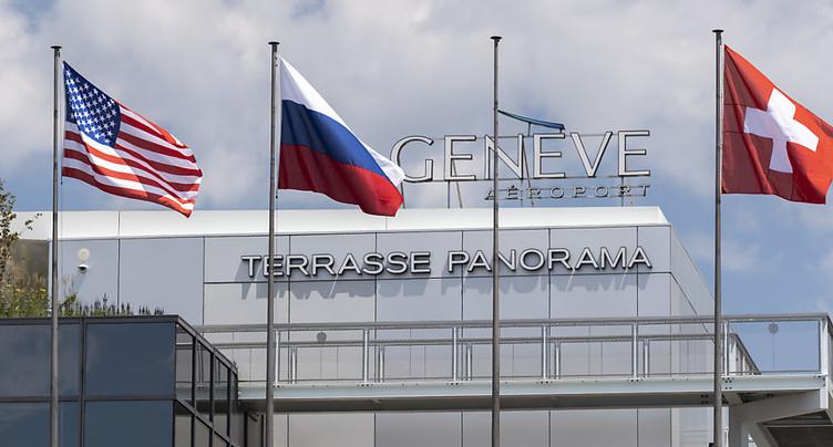 Des drapeaux russe et américain ornent le pont du Mont-Blanc