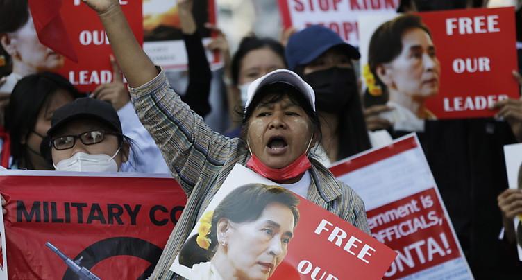 Des fleurs dans les cheveux en hommage à Aung San Suu Kyi