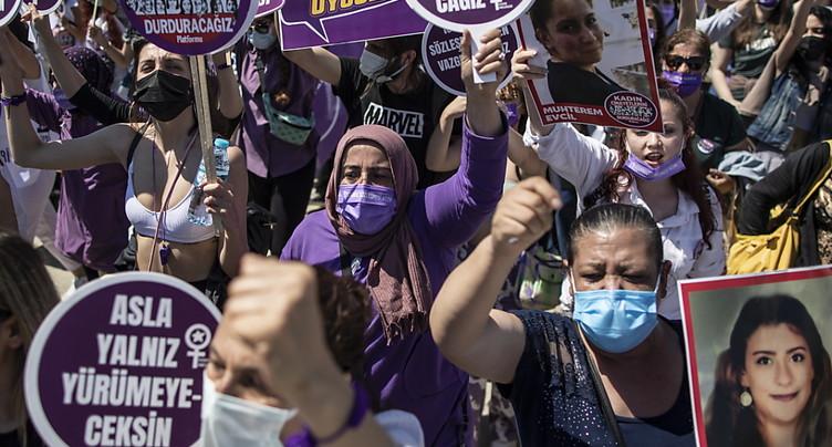 Des femmes manifestent contre l'abandon d'un traité les protégeant