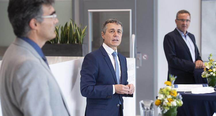 Ignazio Cassis remercie les employés d'un fabricant de respirateurs
