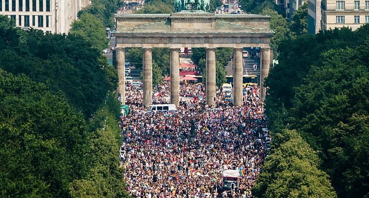 Des milliers de personnes participent à la gay pride de Berlin