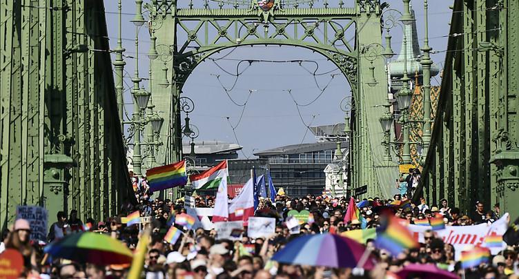 Des milliers de participants à la marche des fiertés de Budapest