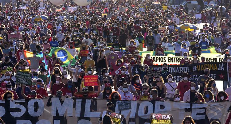 Des milliers de Brésiliens réclament la destitution de Bolsonaro