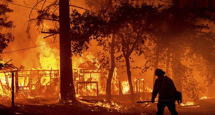 Californie: pompiers face à un incendie générant son propre climat