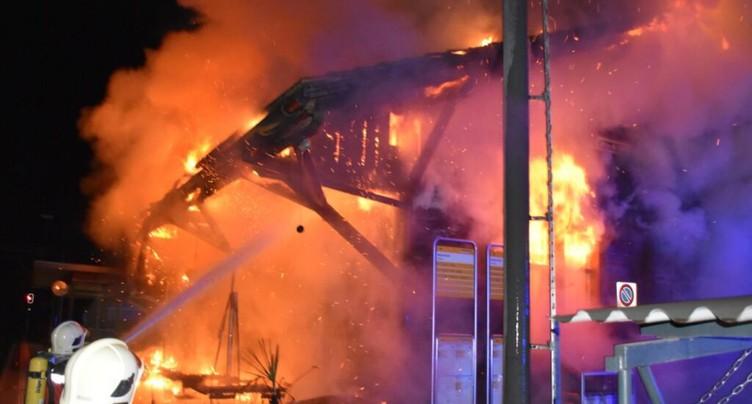 Hangar détruit par les flammes à la gare de Schiers (GR)