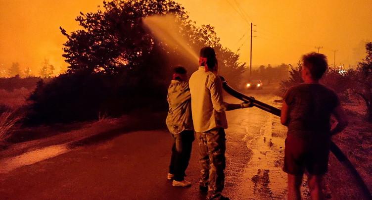 Plusieurs villages entourés par les flammes sur l'île d'Eubée
